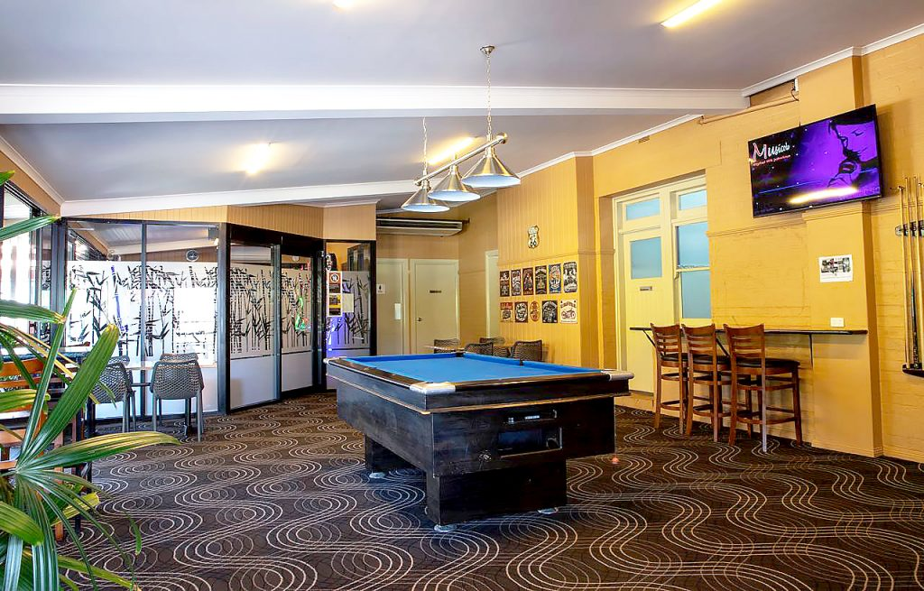 criterion-hotel-gundagai-nsw-pub-accommodation-bar-billiards