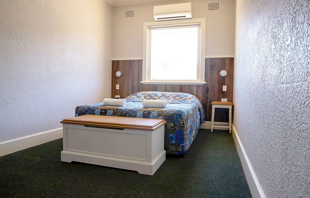 criterion-hotel-gundagai-nsw-pub-accommodation-queen-room-shared-bathroom1